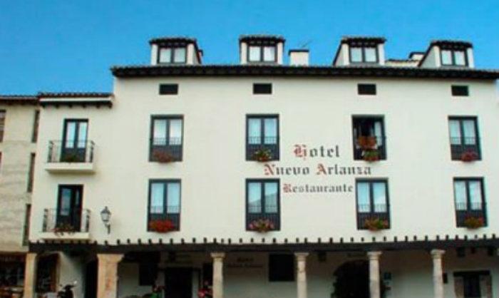 Fachada del Hotel Nuevo Arlanza en Covarrubias (Burgos)