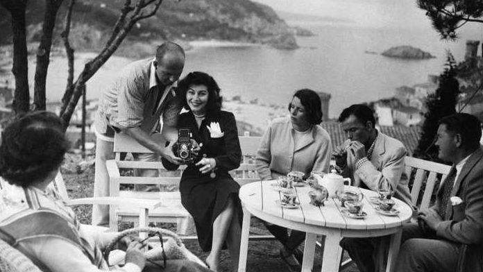 Ava Gardner con Sinatra (encendiéndose un cigarrillo) en Tossa de Mar (Costa Brava)