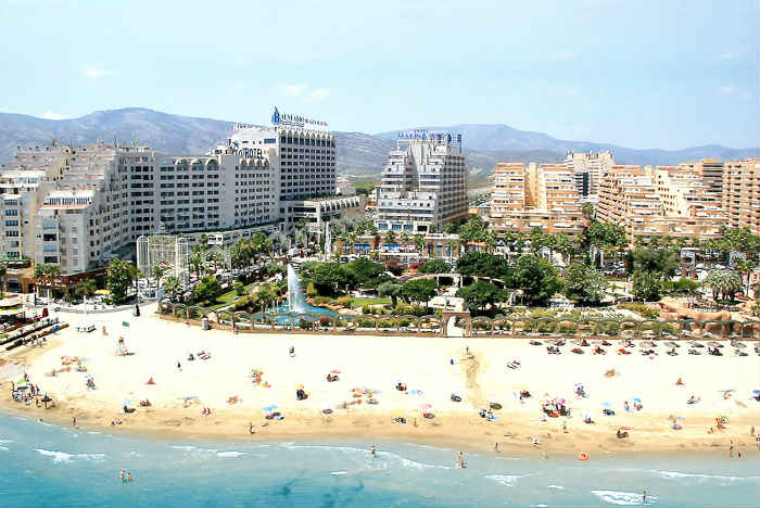 Vista de la playa, hoteles y balneario de Marina d'Or