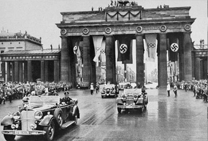 Desfile nazi por la Puerta de Brandenburgo en Berlín