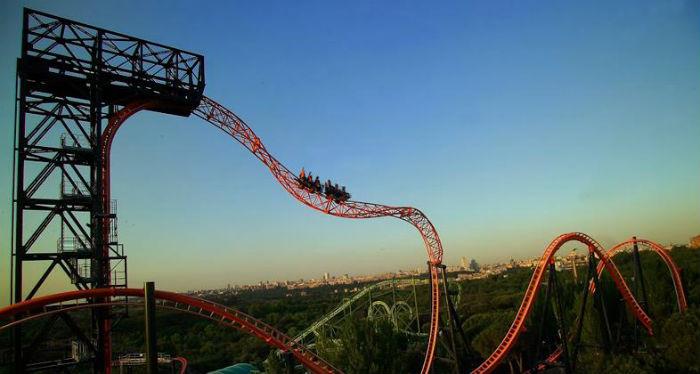 """Montaña rusa """"Abismo"""" en el Parque de Atracciones de Madrid"""